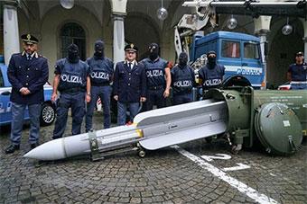意大利警方突击行动极右翼组织 缴获空空导弹