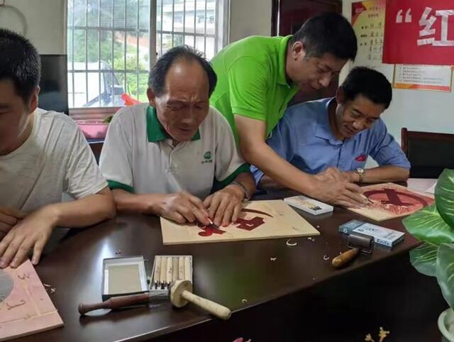 江西宜春学院大学生绘制红色主题版画献给老党员
