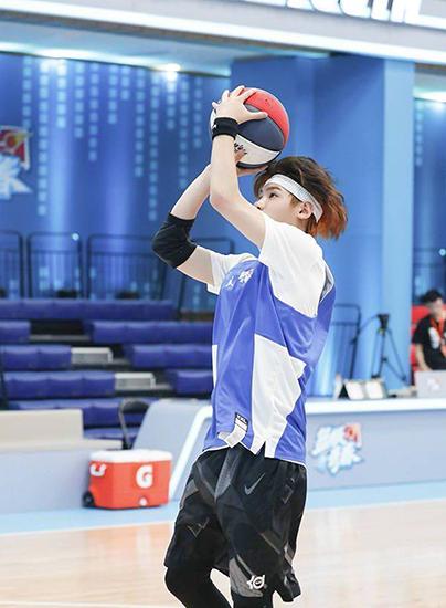 《篮板青春》首播黄明昊初当实习教练被套路