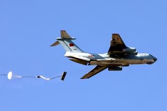 我军空降兵部队动用大运进行重装空投训练