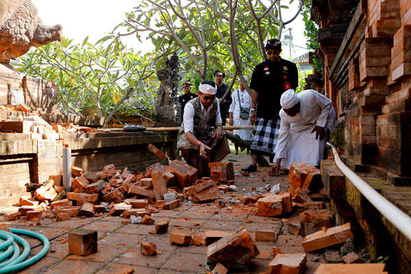 印尼巴厘岛发生6.1级地震 寺庙受损砖块散落遍地