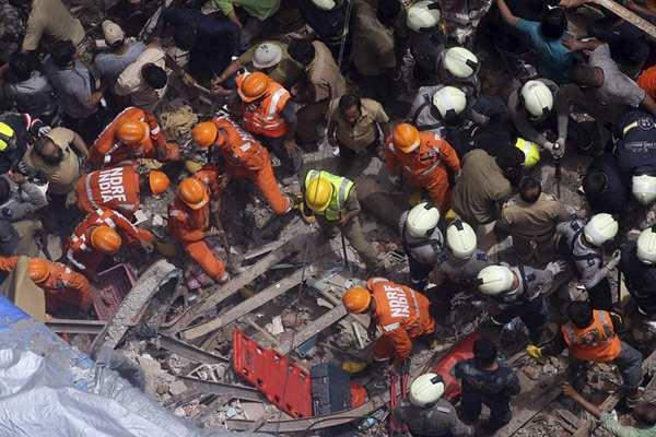 印度孟买一栋大楼倒塌已致2人死亡 40余人受困