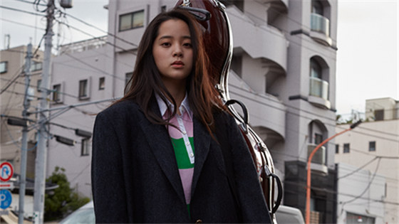 欧阳娜娜杂志封面曝光 街头背大提琴变文艺少女