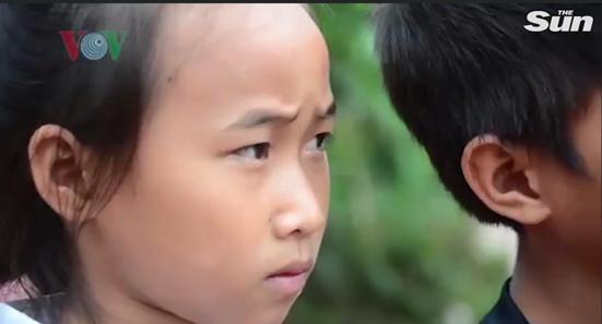 """越南山村学生为渡河上学""""躲进""""塑料袋,村长"""