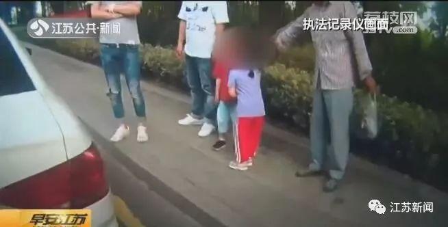 3岁女娃邀小男孩回老家做客,骑上童车向高速进发!被拦时男孩已吓哭…