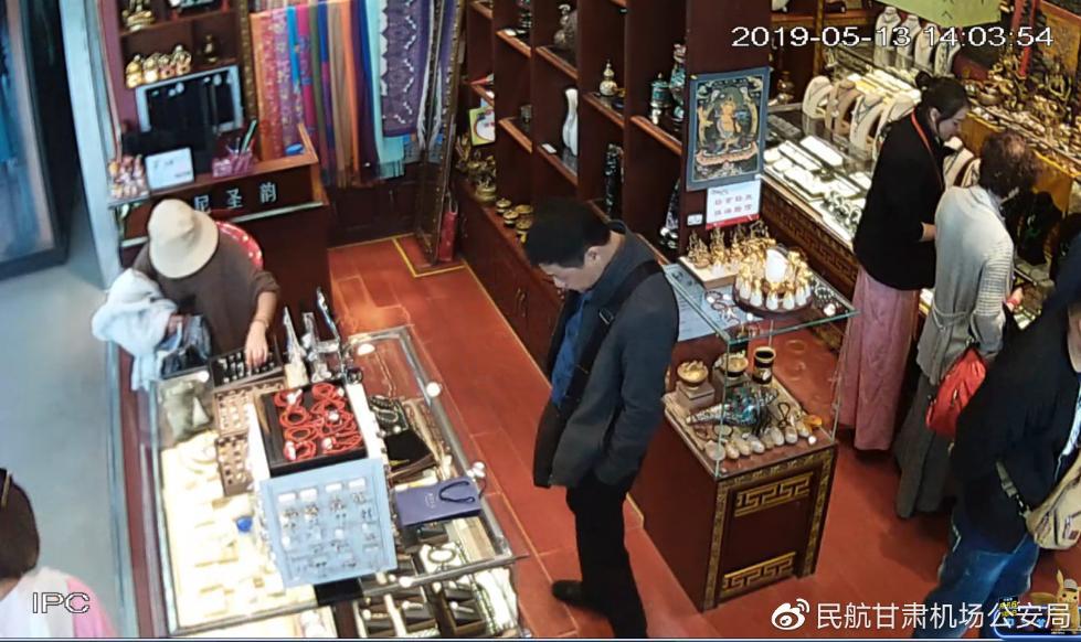一女子在甘肃机场盗窃商户后登机潜逃,经警方电话劝说自首