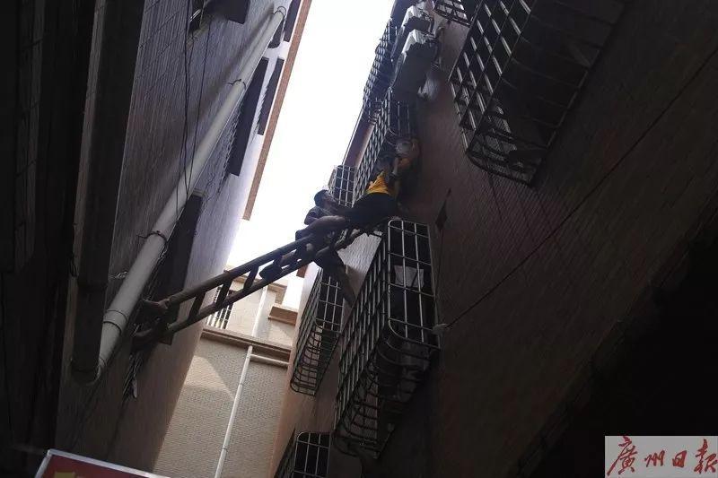 6岁男童命悬窗外,3名男子托举救人后悄悄离开……