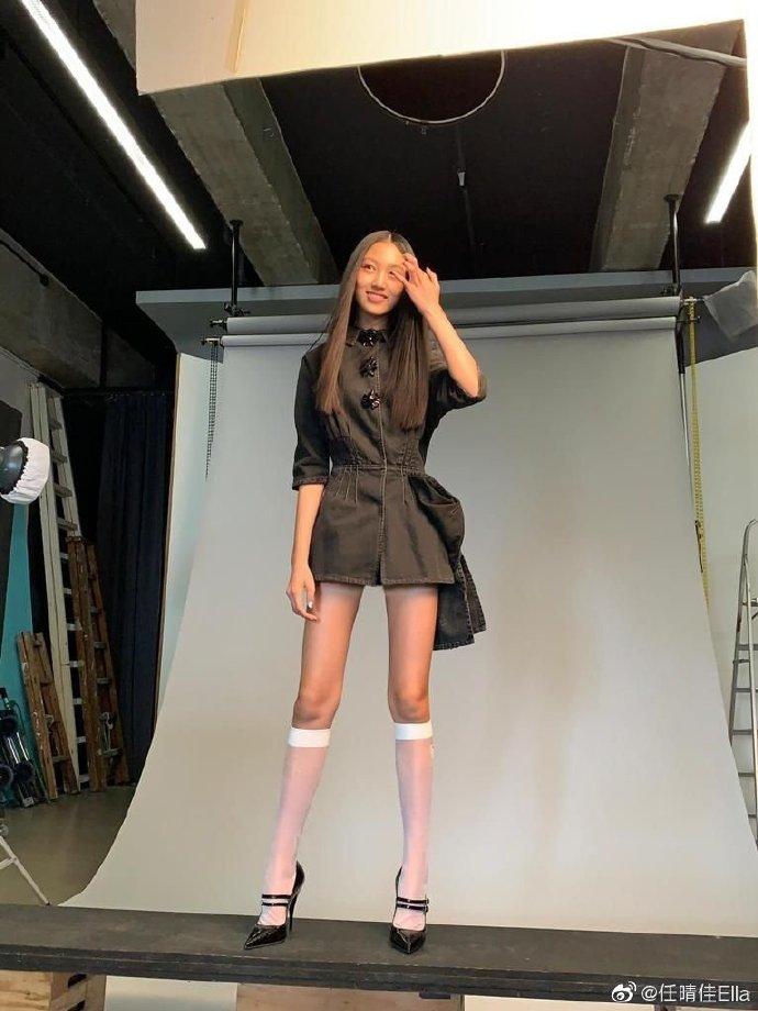 任达华14岁女儿模特身材 长筒袜秀长腿比例超优越