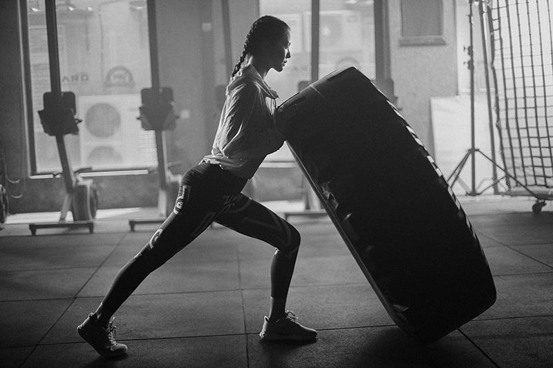 谭维维猛推轮胎超硬核健身 穿紧身活动服尽显好身材