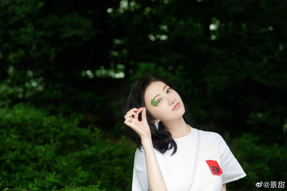 景甜白T恤丹宁清爽干净 置身盎然绿意中美得刚刚好