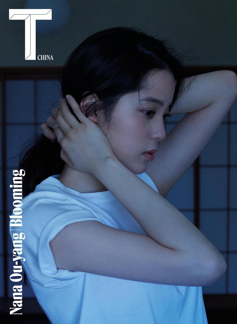 欧阳娜娜杂志封面曝光 街头背大年夜提琴变文艺少女