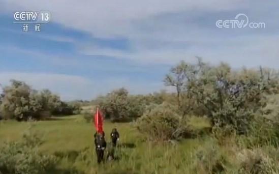 """新疆阿勒泰:边境线上 穿越""""蚊虫王国""""的特殊巡逻"""