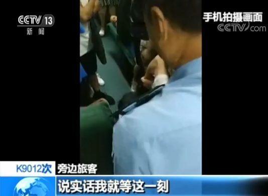 男子持无座票霸两座被强制带离 旁边旅客:就等这一刻