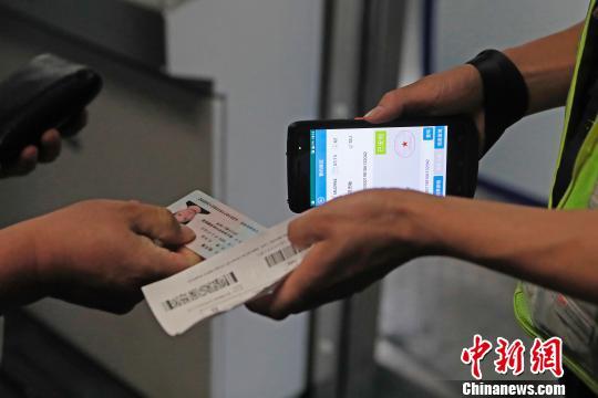 """上海虹桥机场T2航站楼全流程""""无纸化""""方便旅客出行"""