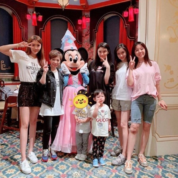 Baby携爱子与姐妹同游迪士尼 小海绵萌态十足!