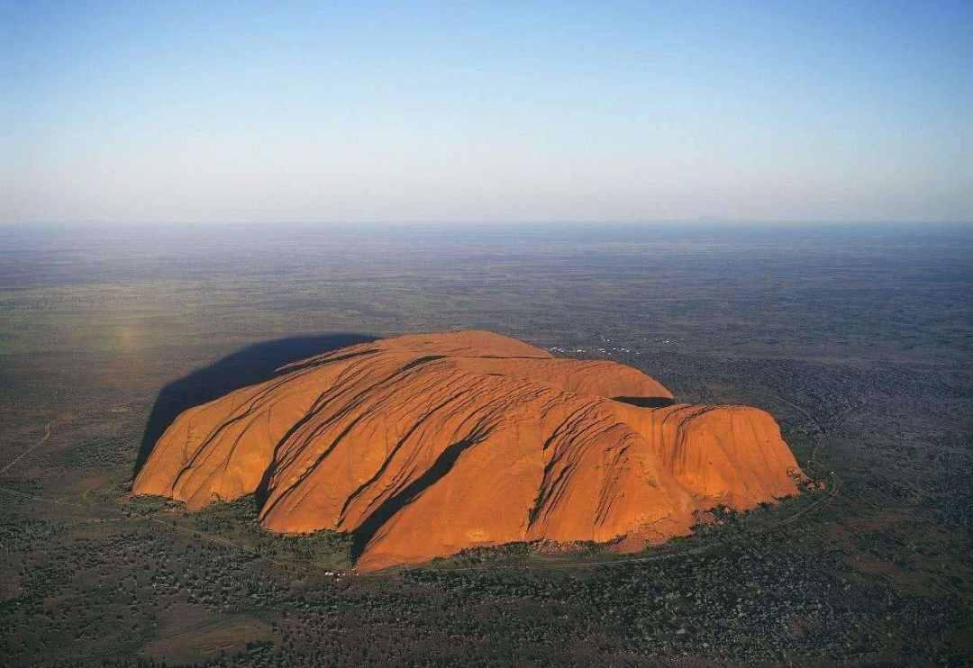 澳大利亚乌鲁鲁巨石将关闭 游客争相打卡留念引争议