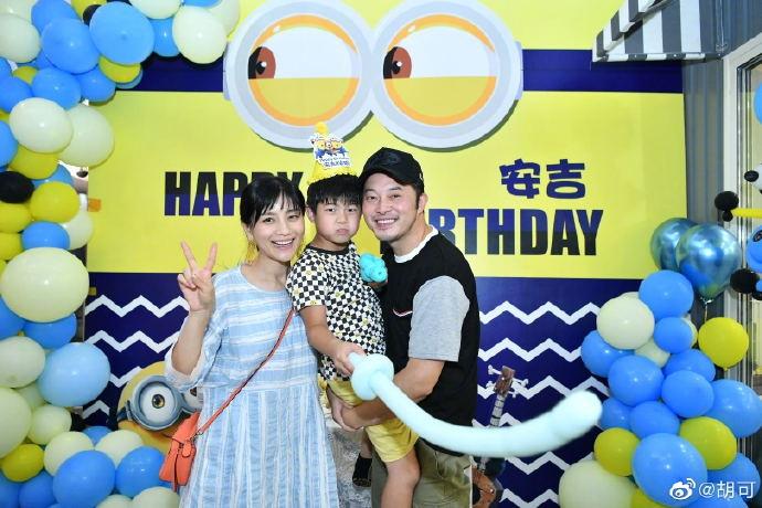 胡可沙溢为安吉庆祝8岁生日 小黄人主题派对童趣十足