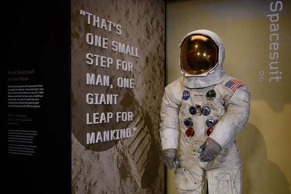 庆祝登月50周年 阿姆斯特朗宇航服在美航空博物馆亮相