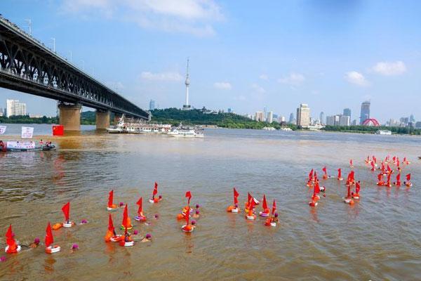 武汉渡江节 2500余人横渡长江