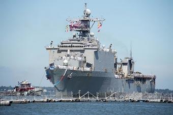 美军展示船坞登陆舰装载力 随时应对紧急情况