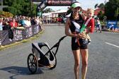 美国妈妈推婴儿车完赛半马破吉尼斯纪录