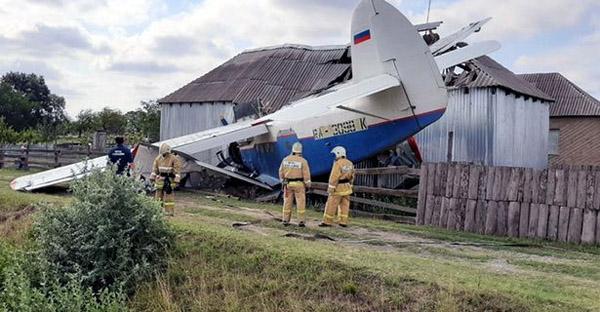 俄罗斯一飞机撞进民宅厨房 造成3名居民受伤