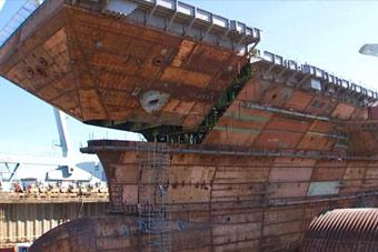 美国新造航母完成最后分段吊装 舰体已经成型