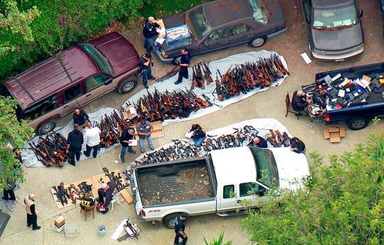 洛杉矶一豪宅内搜出1000多支枪,警察惊了:从没见过这么多枪