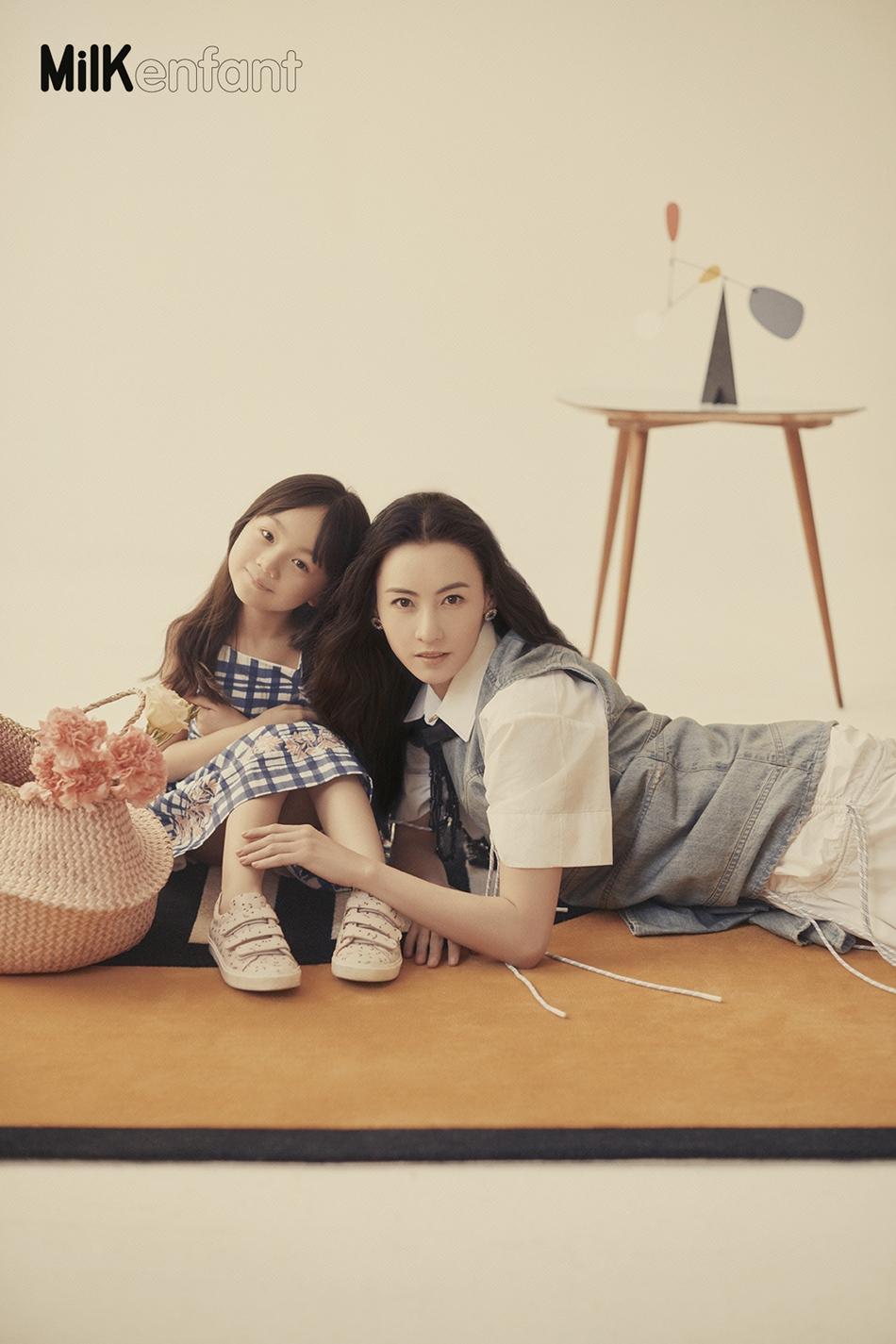 张柏芝与小山竹登封面 重回小时候画面温馨有爱