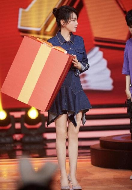 闫妮上节目穿紧身牛仔裙 身材婀娜腿长且白