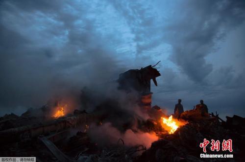 图一:资料图:当地时间2014年7月17日,马来西亚一架载有298人的777客机在乌克兰靠近俄罗斯边界坠毁。图为马航波音777客机在乌克兰顿涅茨克地区坠毁的现场。
