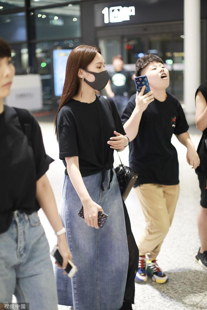 杨丞琳被李荣浩求婚后首现身 双手不见2克拉鸽子蛋