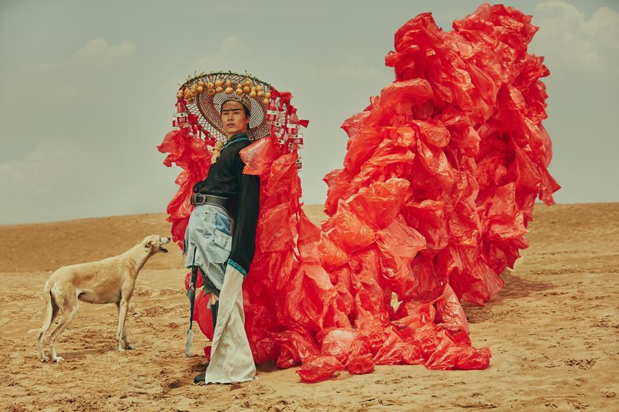 行为艺术家万云峰为宣传环保在沙漠走秀