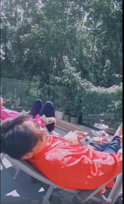 张晋夫妇共晒太阳浴 蔡少芬怀三胎后频频秀幸福