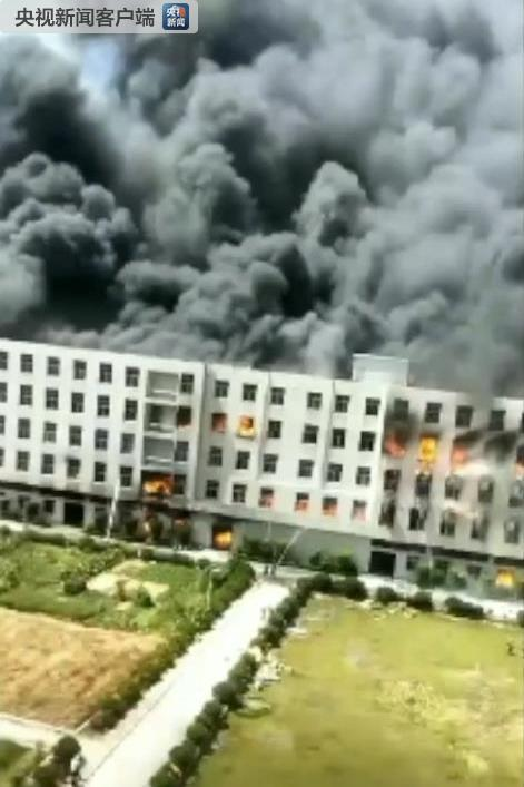 福建泉州一厂房发生火灾:现场浓烟滚滚 百余消防员参与扑救