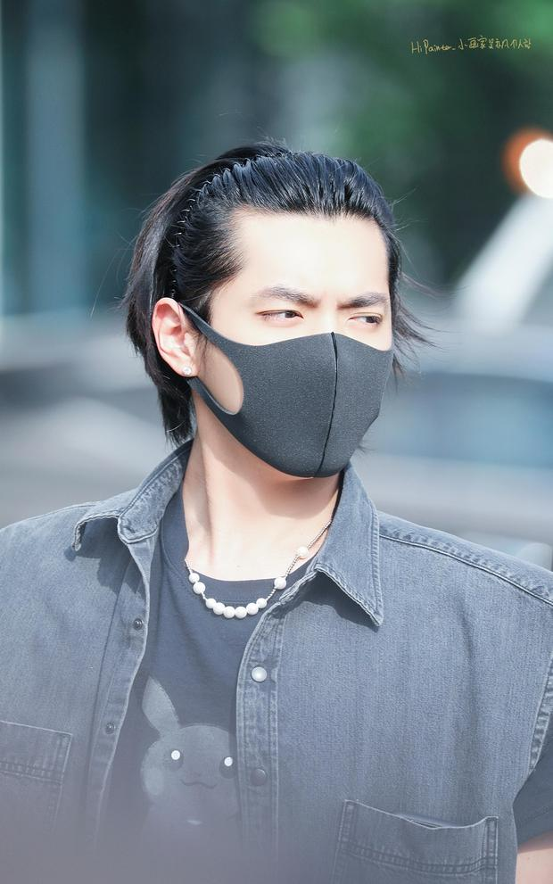 吴亦凡预告剪头发后现身 口罩掩面头戴发箍露额头