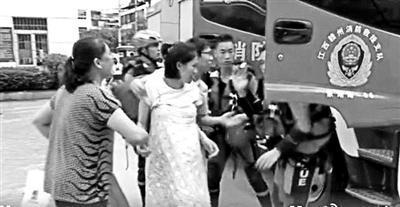 江西暴雨积水及膝临产孕妇坐消防车去医院