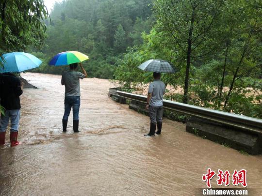 四川万源遭遇大暴雨 致境内国道、省道多处断道