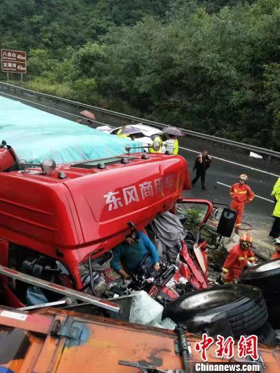 包茂高速四川万源境内发生多车追尾 交通中段4小时