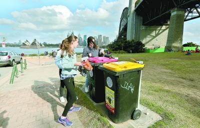 7月4日,在澳大利亚悉尼,当地居民在垃圾回收点处理玻璃瓶。新华社记者白雪飞 摄