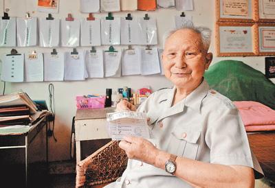 """89岁的""""爱心爷爷""""肖光盛:28年如一日助困助学"""