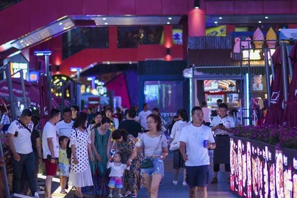 乌鲁木齐消夏夜:民众享受凉爽夏夜的闲适生活