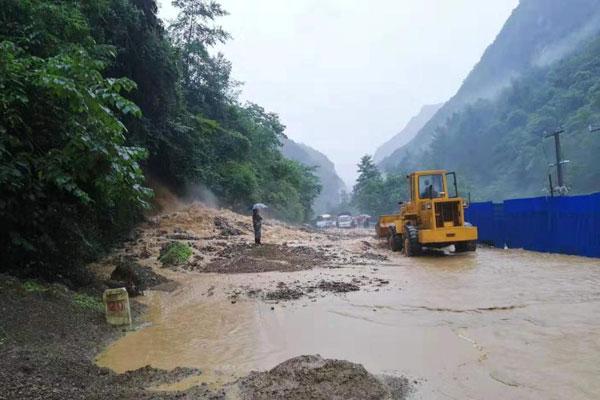 四川万源大暴雨阻断境内多处国道、省道