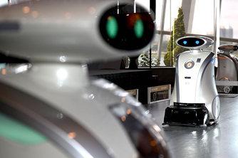 人类好帮手 自动清洁机器人亮相新加坡