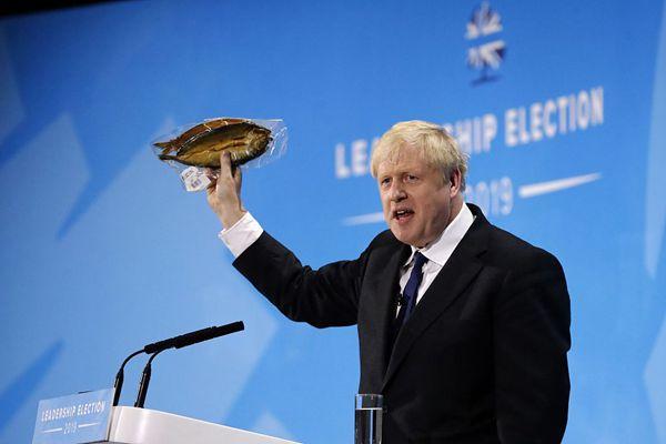 英首相候选人同台 鲍里斯手握熏鱼演讲
