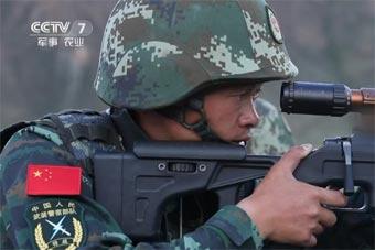 武警狙击手模拟训练太逼真!真人举着被爆头目标