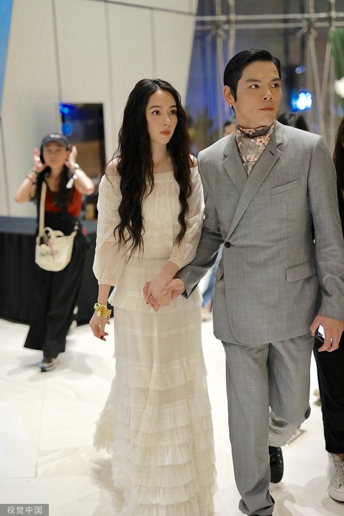 郭碧婷与向佐出席活动 一袭白裙甜美飘仙气