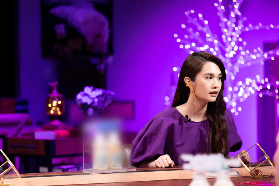 杨丞琳穿紫色蓬蓬裙慵懒甜美 优雅卷发更添小女人娇媚