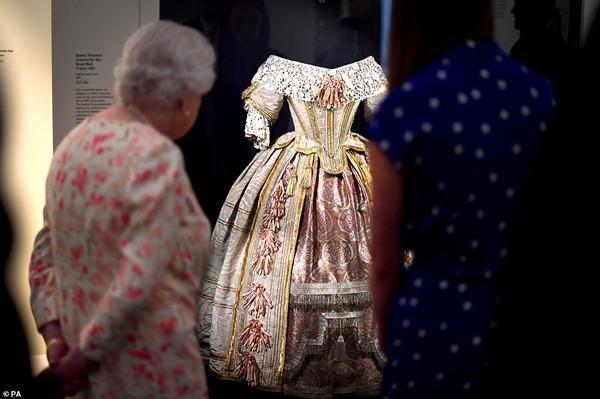 2k13全明星解锁(尹恩惠博客)维多利亚女王诞辰200周年,93岁英女王观赏高祖母留念展