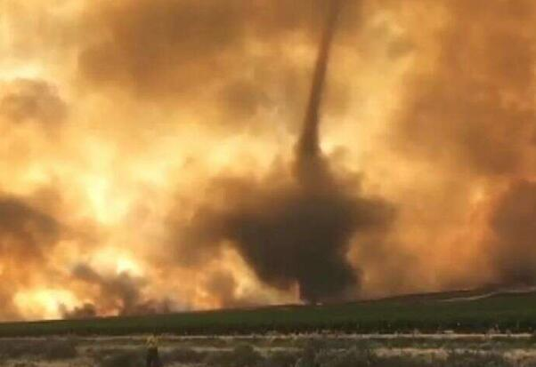 可怕!美国华盛顿州山火因狂风形成火龙卷(图)